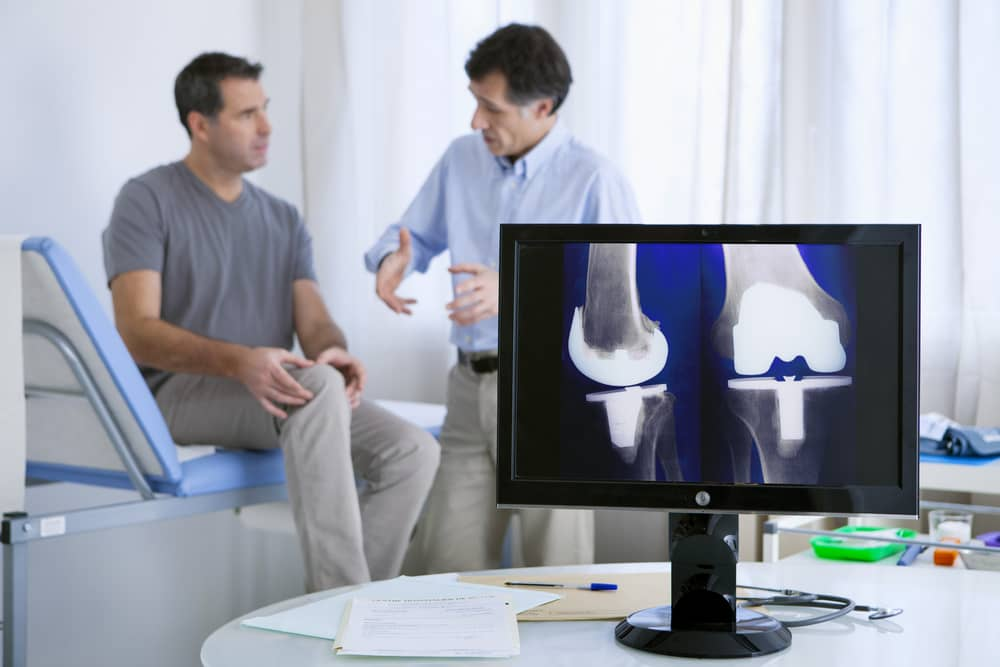Patient consulting a knee doctor in Torrance for knee pain.
